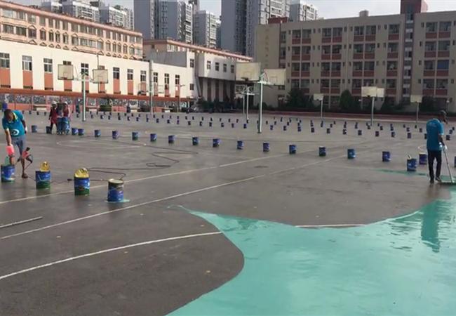 云南某中学硅PU篮球场施工进行中……