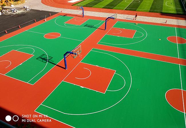 广东深圳民众学校混合型塑胶跑道和丙烯酸篮球场顺利完工!